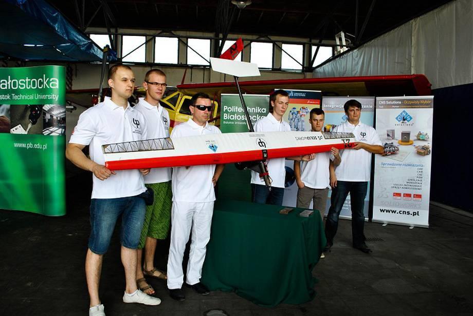 Relacja z prezentacji samolotu zaprojektowanego przez studentów Wydziały Mechanicznego Politechniki Białostockiej.